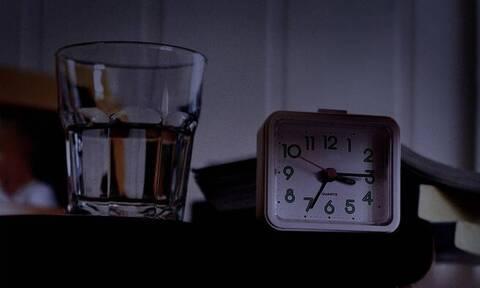 Πίνετε το νερό που έχετε δίπλα σας το βράδυ; Είναι επικίνδυνο (vid)