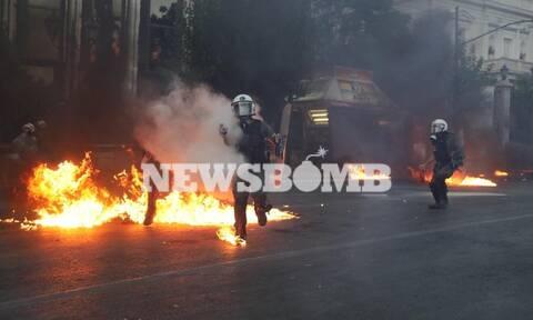 Επεισόδια Σύνταγμα: Προσαγωγές, τραυματισμοί αστυνομικών και καταστροφές σε ζαρντινιέρες