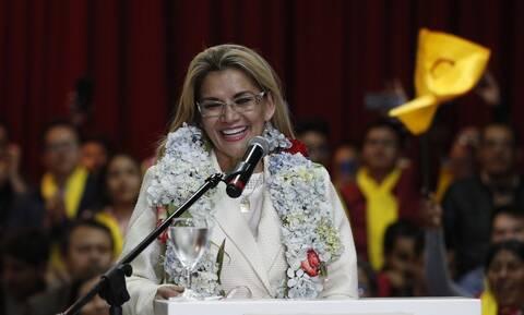 Βολιβία: Θετική στον κορονοϊό η μεταβατική πρόεδρος Τζανίνε Άνιες