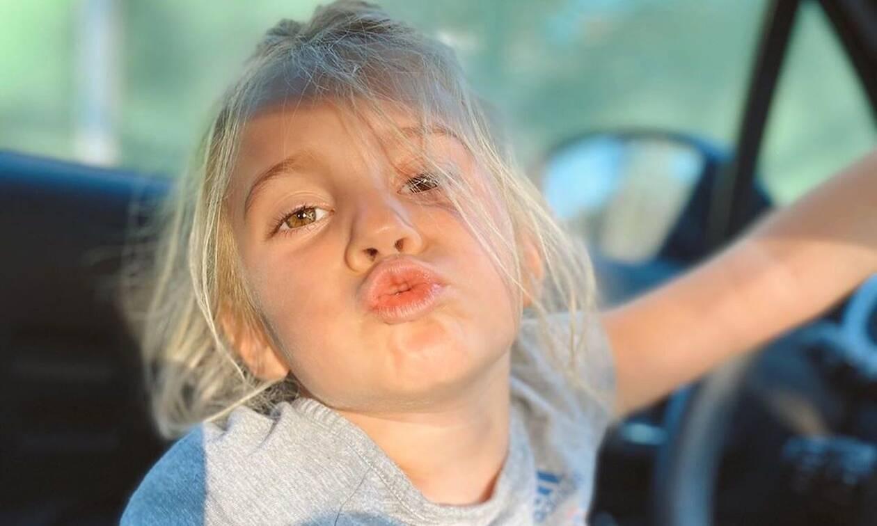 Με ένα φιλί μας καλημέρισε η κούκλα κόρη του Στέλιου Χανταμπάκη