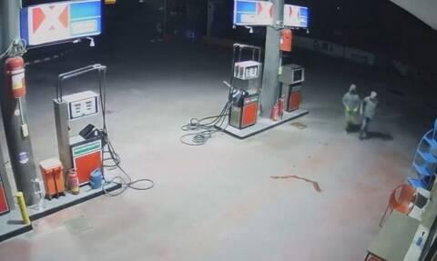 Βίντεο: Μπούκαραν σε βενζινάδικο για να πάρουν... 30 ευρώ σε κέρματα