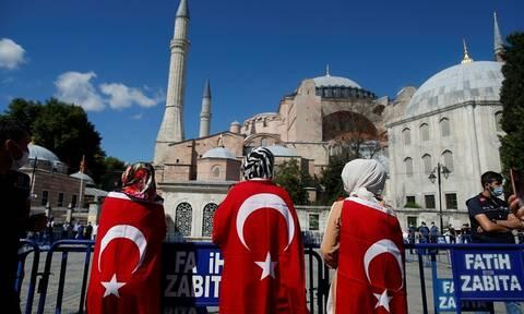 LIVE: Τούρκοι πανηγυρίζουν έξω από την Αγία Σοφία μετά την απόφαση-ντροπή