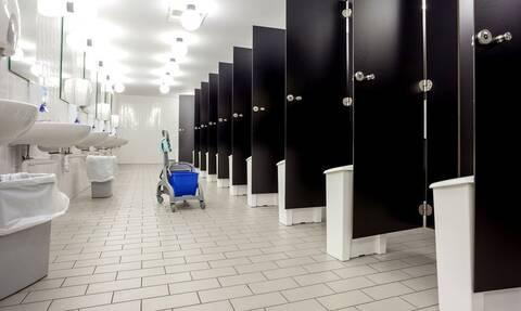 Γιατί οι πόρτες στις δημόσιες τουαλέτες δεν φτάνουν μέχρι το πάτωμα