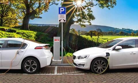 Βελτιωμένα κίνητρα για ηλεκτρικά οχήματα – Κατατέθηκε στη Βουλή το νομοσχέδιο
