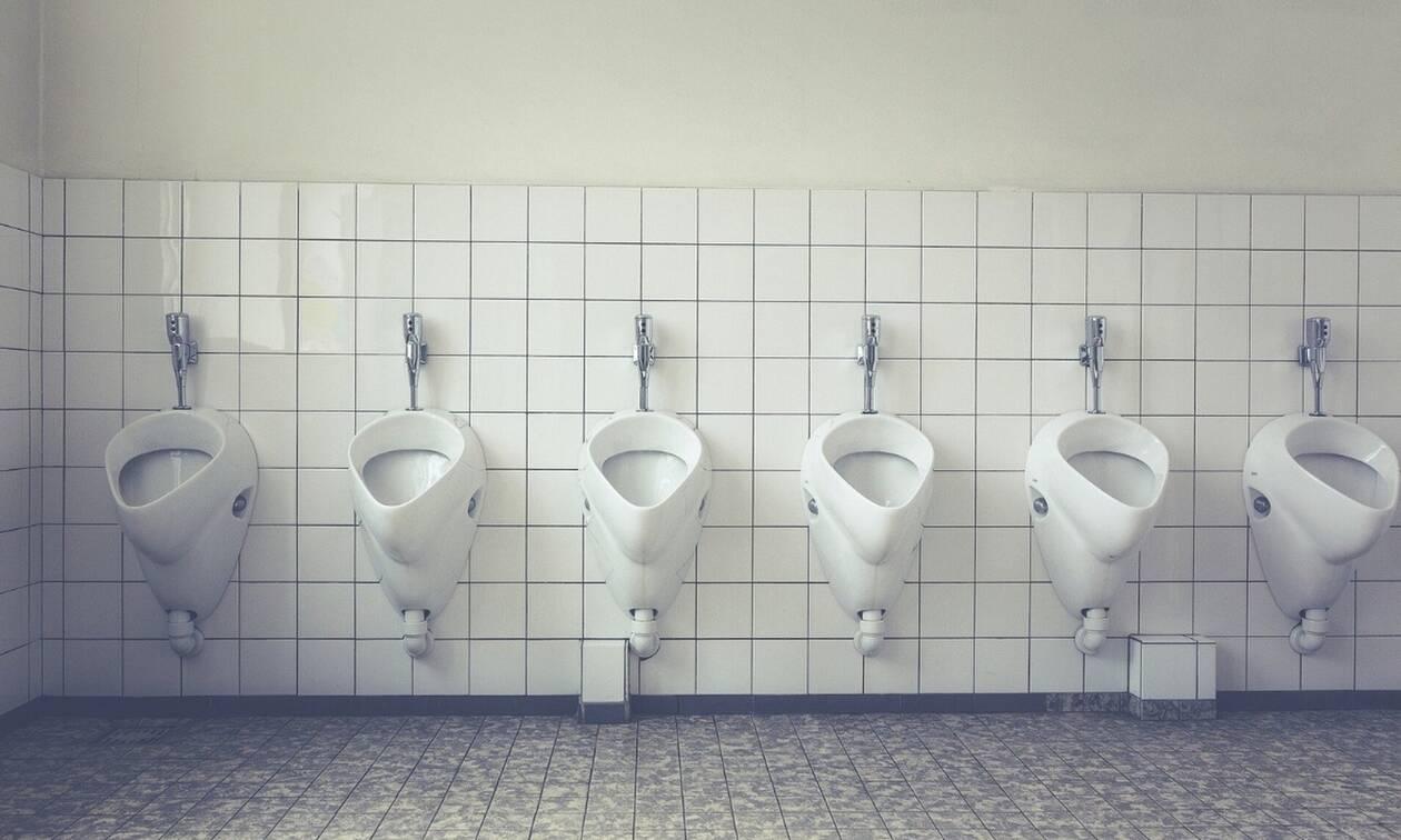 Φοβερή ανακοίνωση σε τουαλέτα για τους... άστοχους: «Έχουμε ανιχνευτή...» (pic)
