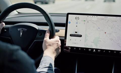 Η Tesla κατηγορείται ότι παραπλανά με τις δυνατότητες του Autopilot