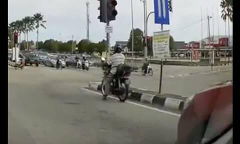 Οδηγός τράκαρε περνώντας «κόκκινο» και έκανε σαν να μην συμβαίνει τίποτα (video)
