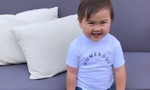 Αυτός ο δίχρονος έγινε viral επειδή ευχαριστεί τη μαμά του για τα πάντα