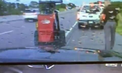 Αστυνομικός βοηθάει οδηγό όταν χτυπά κεραυνός μερικά εκατοστά δίπλα του (vid)