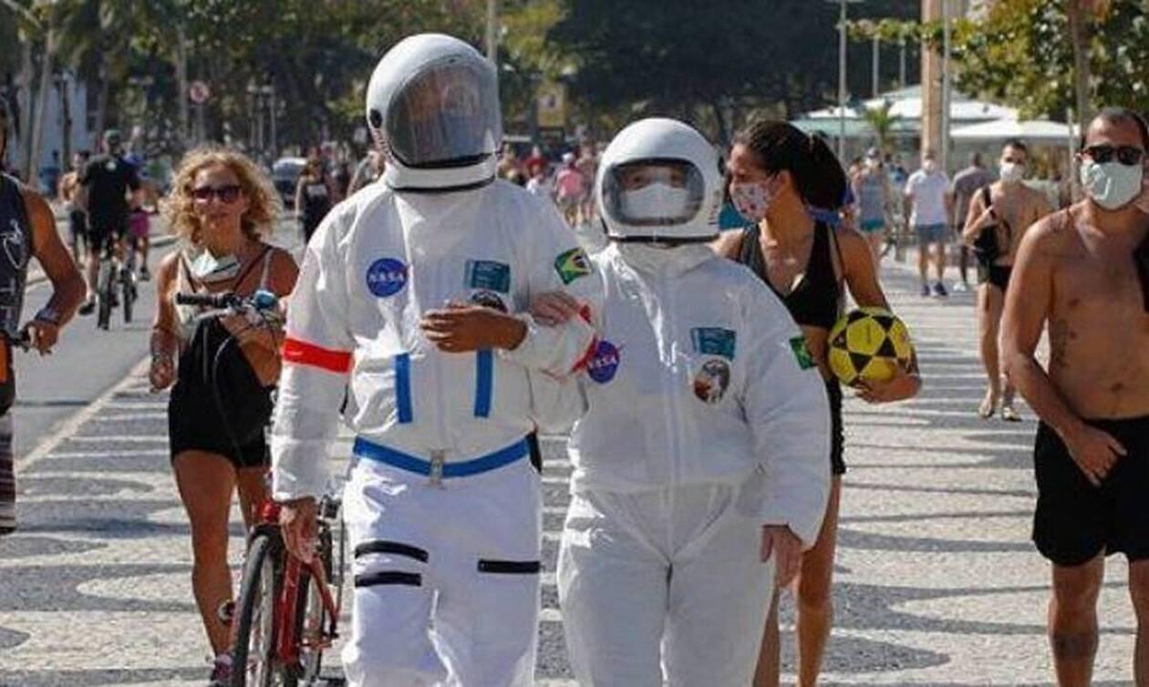 Ζευγάρι έβαλε στολές αστροναυτών για να κάνει βόλτα λόγω κορονοϊού (vid)