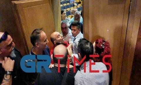 Πιάστηκαν στα χέρια στο δημοτικό συμβούλιο Καλαμαριάς (vid - pics)
