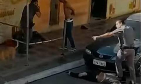 Σοκ στη Βραζιλία: Αστυνομικός πατάει στον λαιμό γυναίκα ακινητοποιώντας την