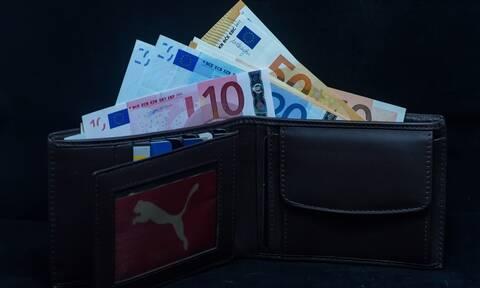 Επίδομα 534 ευρώ: Στις τράπεζες τα χρήματα - Ποιοι τα δικαιούνται
