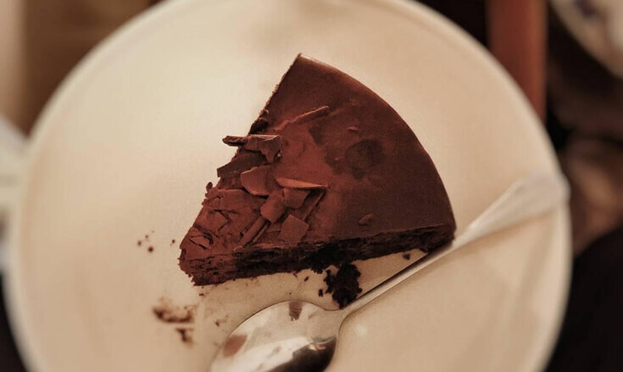 Θες να φτιάξεις σοκολατένιο κέικ που δεν θα το ψήσεις; Γίνεται