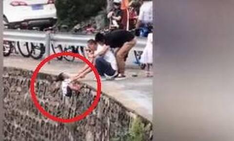 Μόνο οργή για τον πατέρα που άφησε το παιδί του στον γκρεμό για φωτογραφία!