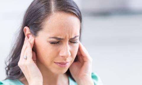 Βουητό στα αυτιά: Σε ποιες παθήσεις μπορεί να οφείλεται (εικόνες)