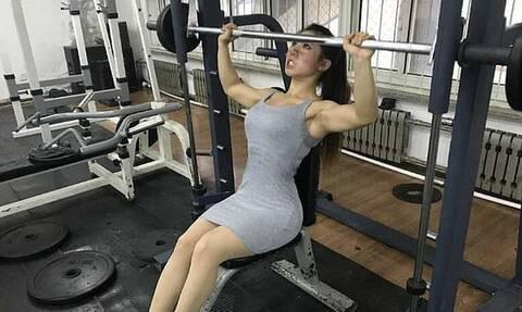 H πανέμορφη bodybuilder που κάνει σκουότ 275 κιλά - Δείτε την «King Kong Barbie»