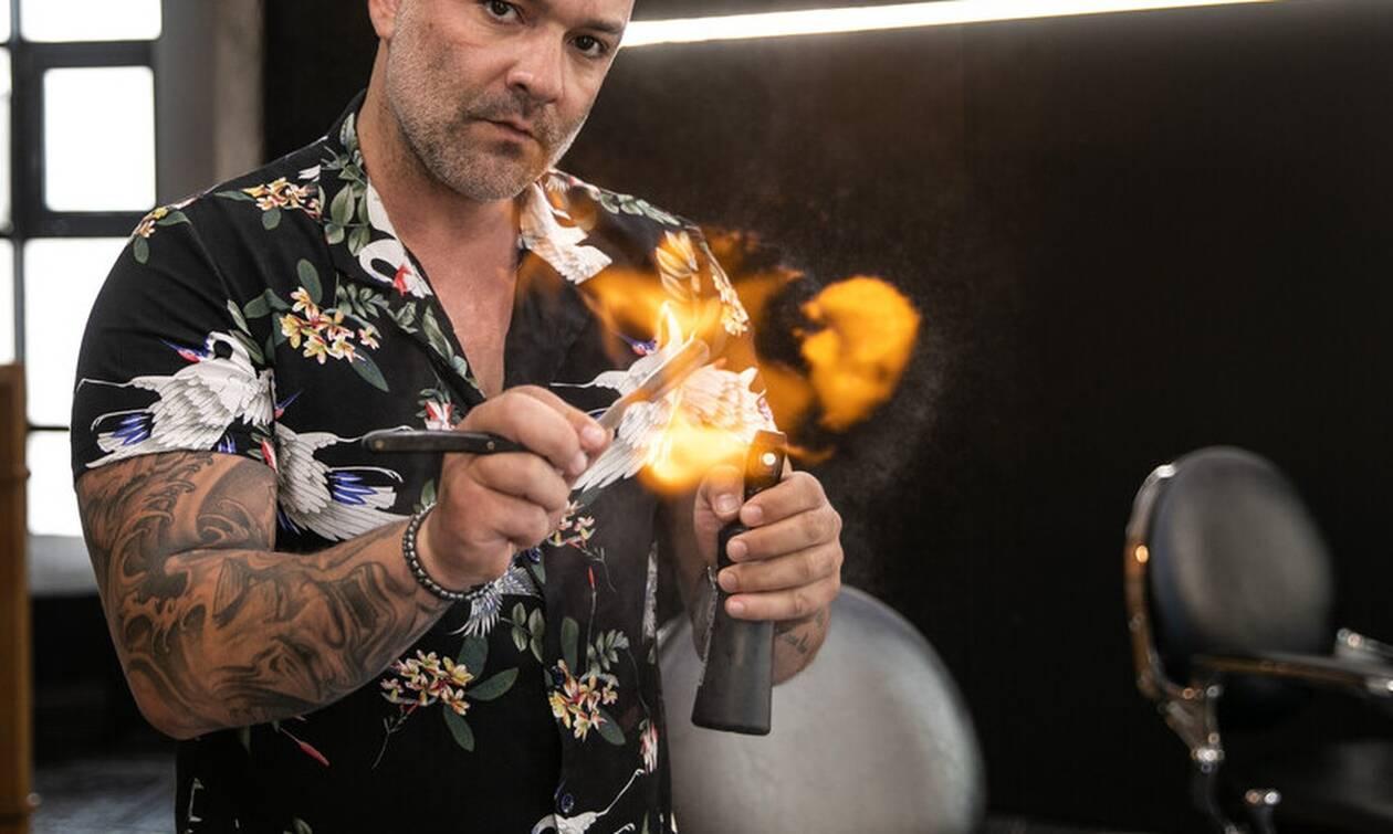 Έλληνας και επαγγελματίας: Ο μπαρμπέρης που ξέρει να κουρεύει με φλόγα!