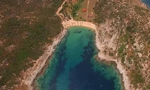 Η «κρυφή» παραλία της Χαλκιδικής που… κόβει την ανάσα με την ομορφιά της (vid)