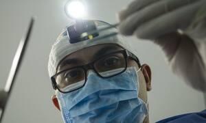 Πονούσε ο λαιμός της – Δείτε τι βρήκαν οι γιατροί στις αμυγδαλές της
