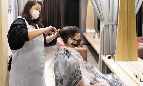 Το παράδειγμα ενός κομμωτηρίου: Η μάσκα αποτρέπει την εξάπλωση του κορονοϊού