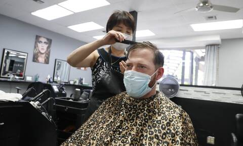 Κορονοϊός: Πώς η μάσκα αποτρέπει την εξάπλωσή του - Το παράδειγμα ενός κομμωτηρίου
