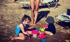 Η γνωστή Ελληνίδα στην παραλία με τα παιδιά της - Κι όμως ζυγίζει 45 κιλά