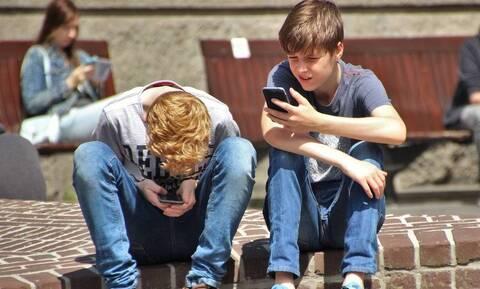 Ανήλικο αγόρι έπαιζε 22 ώρες στο κινητό και υπέστη εγκεφαλικό (vid)