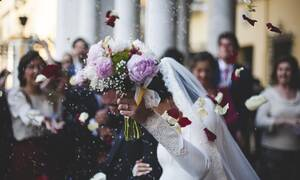 Influencer παντρεύτηκε τον 20χρονο γιο του πρώην συζύγου της (pics)