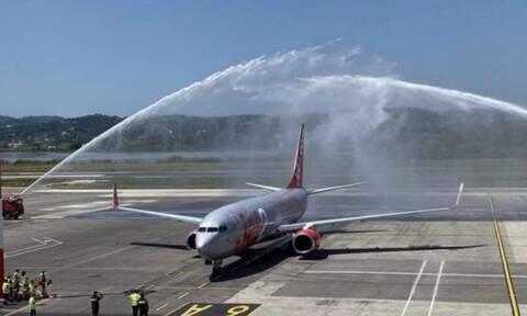 Κέρκυρα: Με αψίδες νερού υποδέχθηκαν την πρώτη πτήση από τη Μεγάλη Βρετανία