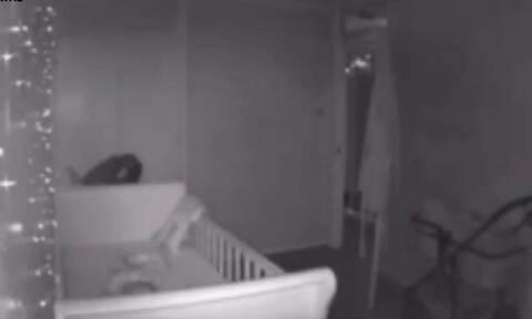 Γονείς θεωρούν πως φάντασμα βασανίζει το μωρό τους (vid)