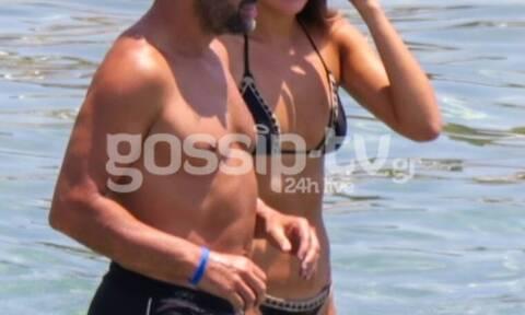 Τρυφερές αγκαλιές στην παραλία για το ερωτευμένο ζευγάρι! (photos)