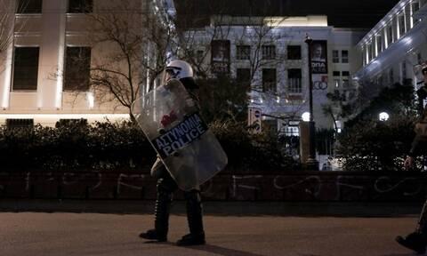 Κοντάρια, μπουκάλια και εύφλεκτο υγρό βρέθηκαν έξω από την ΑΣΟΕΕ