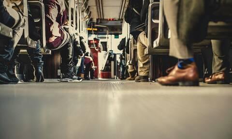 Έντρομοι επιβάτες λεωφορείου - Τι μπήκε από το παράθυρο (pics)