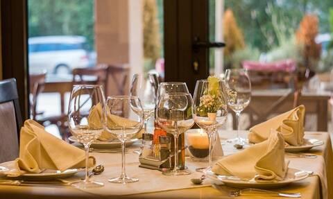 Χαμός σε εστιατόριο! Πελάτης ρίχνει μπουνιές σε υπάλληλο - Απίστευτες εικόνες