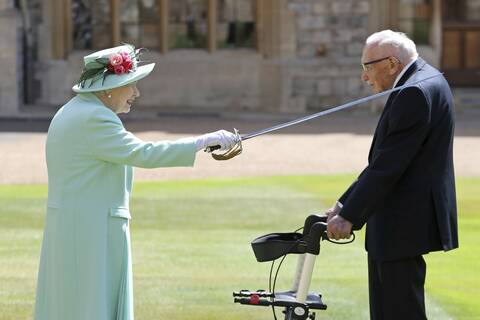 Η βασίλισσα Ελισάβετ έχρισε ιππότη τον 100χρονο «Captain Tom» που συγκέντρωσε 32 εκατ. για το NHS