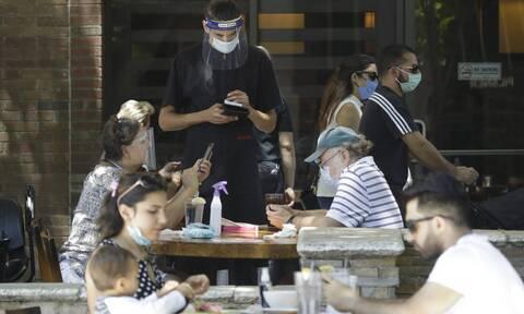 Κορονοϊός: Γιατί οι ειδικοί φοβούνται τα αστικά κέντρα - Ελπιδοφόρα νέα για το εμβόλιο της Οξφόρδης