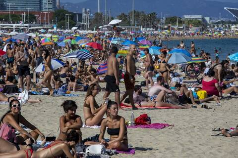 Κορονοϊός: Οι Ισπανοί κατέκλυσαν τις παραλίες αψηφώντας τις συστάσεις των Aρχών