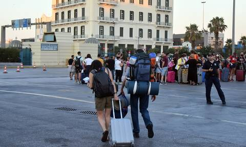 «Πάω Καρπενήσι»: Επική απάντηση ταξιδιώτριας στο λιμάνι του Πειραιά (vid)
