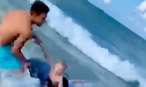 Αστυνομικός έσωσε παιδί από ενδεχόμενη επίθεση καρχαρία (vid)