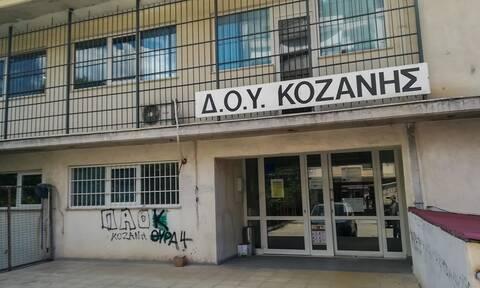 Κοζάνη: Συνταρακτικές μαρτυρίες για την επίθεση με τσεκούρι στην Εφορία