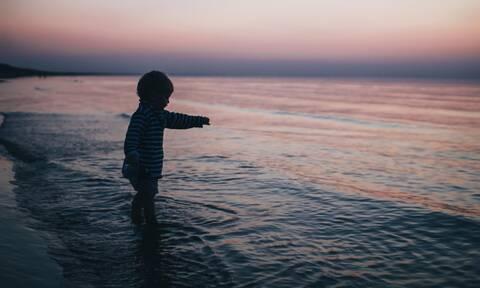 Πώς θα βοηθήσετε τα παιδιά σας να μην φοβούνται τη θάλασσα