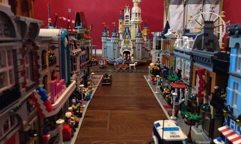 Έφτιαξε τη Disneyland στο σαλόνι του χρησιμοποιώντας 60.000 τουβλάκια