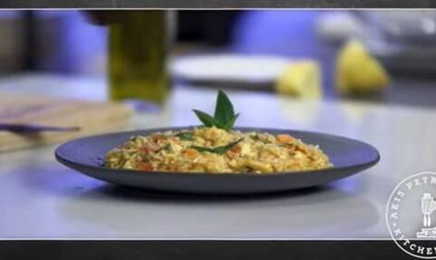 Άκης Πετρετζίκης: Νόστιμο κριθαράκι ολικής με ντομάτα και βασιλικό