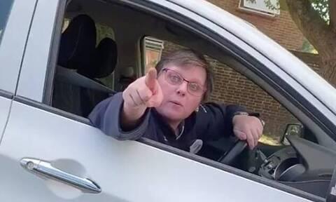 Έξαλλη οδηγός τα βάζει με νεαρό - Το αμάξι του δεν ήταν στα δύο μέτρα! (vid)