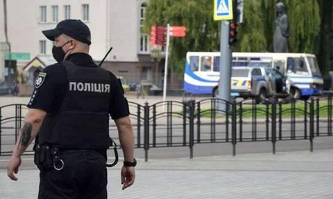 Ουκρανία: Άνδρας οπλισμένος με χειροβομβίδα κρατάει όμηρο αστυνομικό