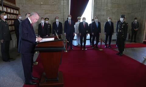 Παραλήρημα Ερντογάν στο μαυσωλείο του Ατατούρκ λίγο πριν το Ανώτατο Στρατιωτικό Συμβούλιο