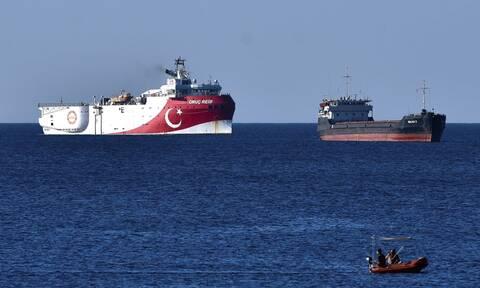 Oruc Reis: Ρυμουλκό σκάφος αγκυροβόλησε κοντά στο ερευνητικό