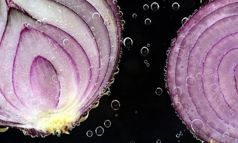 Μυρίζουν τα χέρια σας από κρεμμύδια; Έτσι θα φύγει (photos)