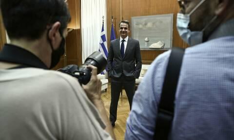 Μητσοτάκης προς πολιτικούς συντάκτες: Βεβαίως να πάτε διακοπές, ακόμα και στο Καστελόριζο